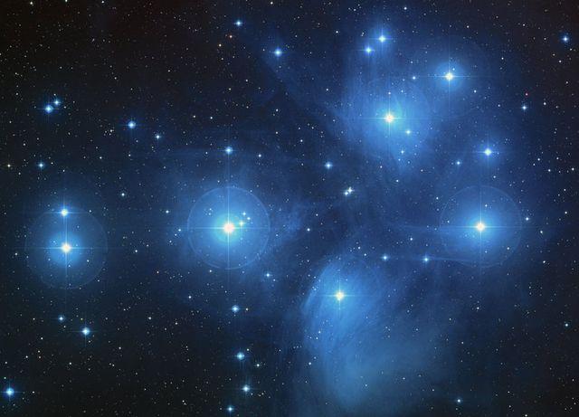 Hubble-m45-pliedes
